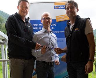 Teambetreuer Harald Maier (li) und Daniel Bilgeri (re) mit Oliver Fink (COO)