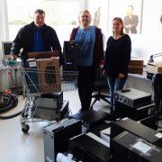 Herr Hahn von Jackl & Riessner übergibt 26 PC und Laptops an Joachim Schwarz und Kollegin vom bbrz